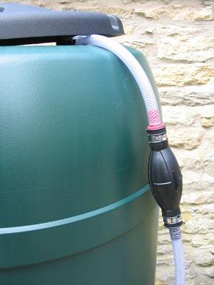 pompe main pour recycler l 39 eau arrosage arrosoir. Black Bedroom Furniture Sets. Home Design Ideas