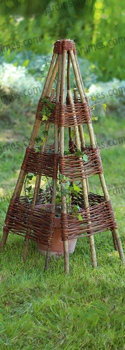 Tuteur tipi structure en noisetier plantes grimpantes et for Structurer un jardin