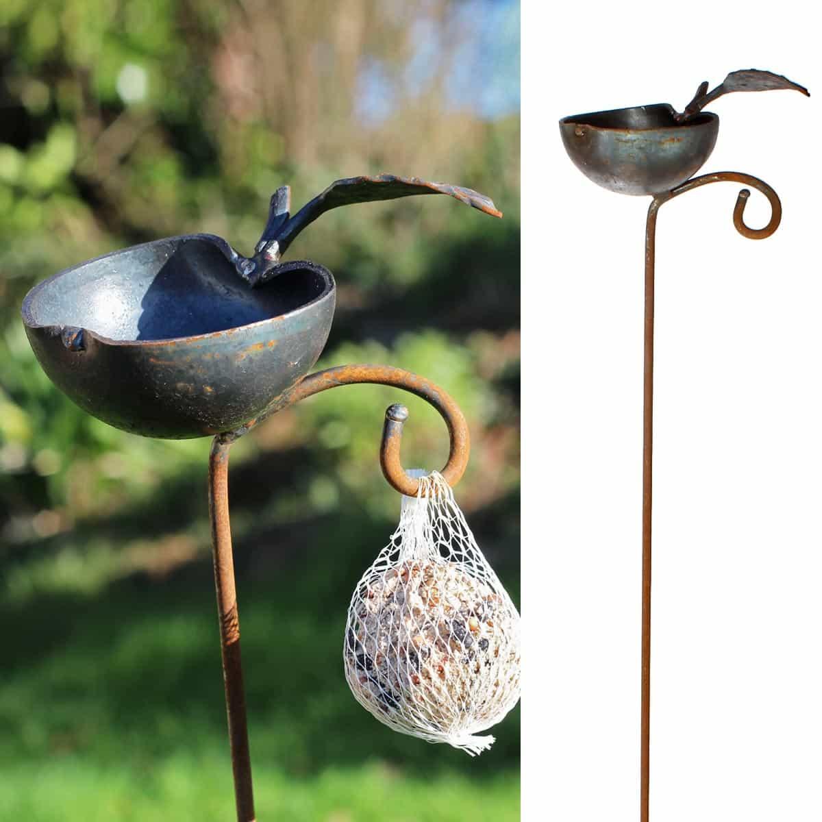 Mangeoire pomme piquer mangeoires bains d 39 oiseaux for Decoration jardin oiseau metal